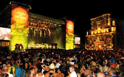 """La carica dei 150 mila per la Notte della Taranta, la """"Woodstock del Sud"""""""