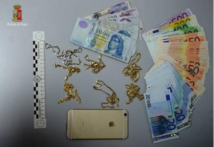 Coppia rumena arrestata dalla Polizia dopo un furto in gioielleria