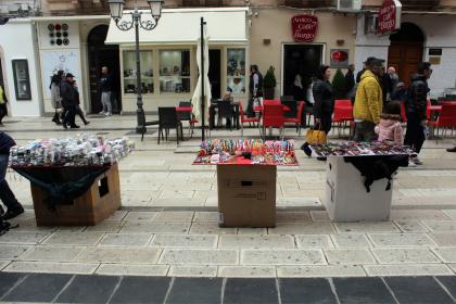 Mentre a Taranto chiudono i negozi per la crisi, i venditori abusivi fanno affari incontrollati alla luce del sole