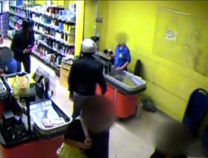 Il cassiere di un supermercato a Taranto ferito durante una rapina