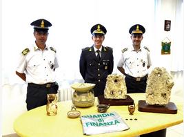 Tutela patrimonio archeologico. Sequestrati vasi, ancora in pietra dell'antica daunia e monete di epoca romana di grande valore
