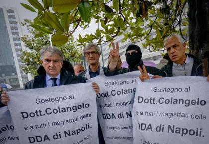 """Solidarietà In piazza a Napoli anche dai testimoni di giustizia al procuratore Colangelo: """"la camorra è m…..a !""""."""