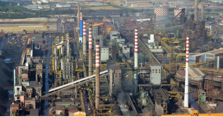 nella foto lo stabilimento siderurgico dell' ILVA di Taranto