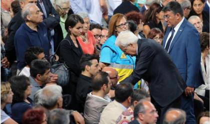L'ultimo saluto alle vittime dei treni Puglia, funerali ad Andria. Mattarella abbraccia i parenti