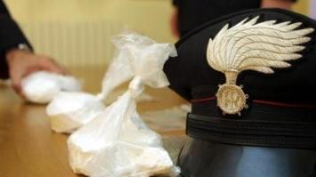 Spacciatori inseguiti dai Carabinieri abbandonano tre chili di cocaina in un' aiuola
