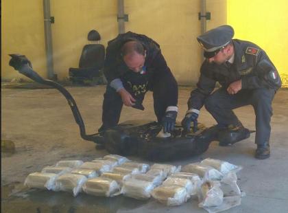 La Guardia di Finanza a sequestra a Bari 9kg di marijuana. Arrestato un trafficante