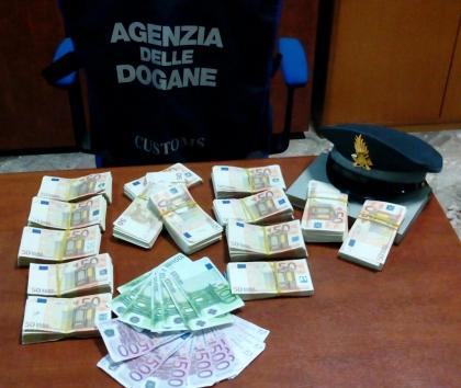 Intercettato  dalla Finanza nel porto di Bari un cittadino turco con 80mila euro