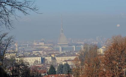 Italia avvolta da smog, domenica primi blocchi a Roma e Milano.
