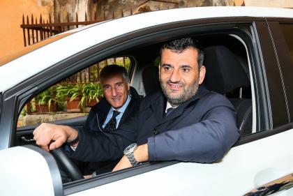 Il Presidente ANCI, Antonio Decaro insieme a Nissan promuove le auto verdi nei Comuni Italiani