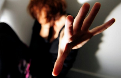 Rapinata e violentata sotto casa in pieno giorno: è caccia all'aggressore
