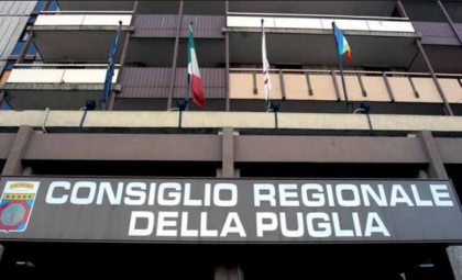 I sindacati protestano sotto la Regione Puglia contro il ricorso al Tar di Emiliano e Melucci sull' ILVA