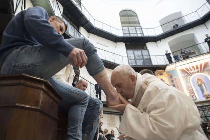 """Razzismo religioso a Manduria: """"Il prete si rifiuta di lavare i piedi ai migranti"""""""