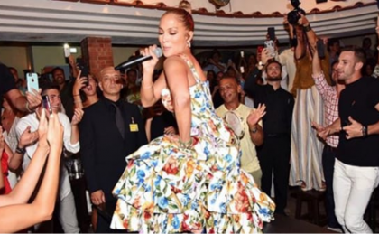"Jennifer Lopez scatenata all'""Anema e core"" di Capri canta ""Let's Get Loud"""