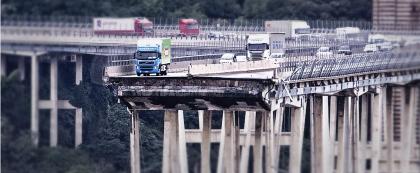 Crolla a Genova il ponte dell'autostrada A10. 42 morti, fra cui 3 bambini. Numerosi i feriti