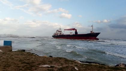 Mercantile arenato a Bari. Probabile impiego di motopontone per scongiurare disastri ambientali