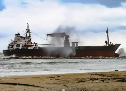 Un mercantile turco a causa delle condizioni atmosferiche si è arenato sul lungomare di Bari
