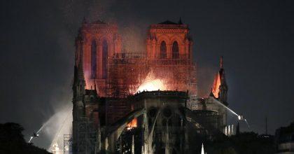A fuoco in mondovisione la cattedrale di Notre Dame a Parigi