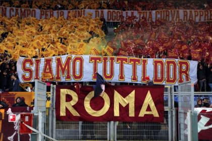 Roma, lacrime e striscioni: l'Olimpico saluta De Rossi