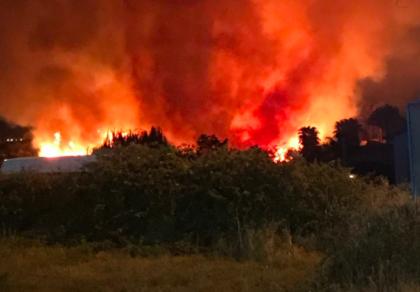 Vasto incendio alle porte di Taranto. Al lavoro 4 squadre dei Vigili del Fuoco