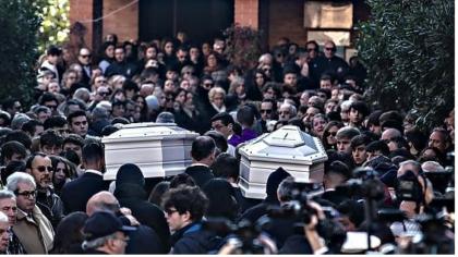"""Il parroco ai funerali delle due ragazze investite a Roma : """"Il senso della vita non è bere e fumarsela"""""""