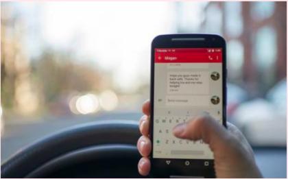 Ecco cosa si rischia con il cellulare al volante: divieti e sanzioni
