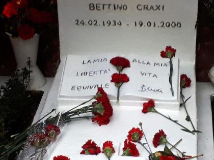 Craxi, fiori ed applausi ad Hammamet per ricordare il leader socialista