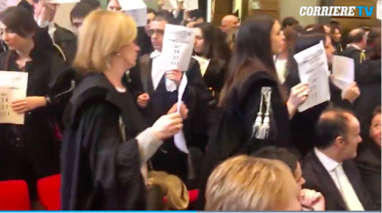 Protesta avvocati ad anno giudiziario contro la riforma della prescrizione. A Milano 120 penalisti escono dall'aula per protesta contro Davigo