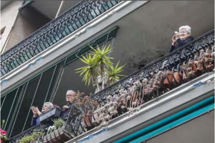"""Dagli applausi ai medici ed agli infermieri dai balconi, emerge un' Italia unita: finalmente """"Nazione"""""""