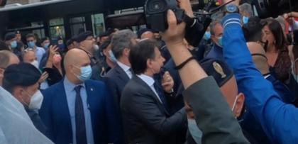 """Il premier Conte riceve dalla folla il suo """"Vaffa-day"""""""